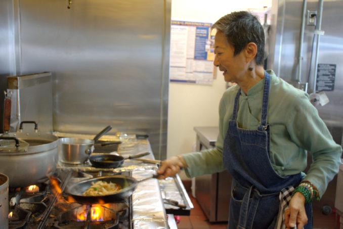 年逾古稀的Saffron泰国餐馆女主人于素梅(Su-Mei Yu)仍坚持下厨煮菜。(图/杨婕)