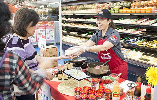 """汉亚龙集团Hmart超市圣地亚哥Mira Mesa分店11月11日-20日举办""""亚洲美食节"""",十多家供应商在店内摆摊,介绍产品并提供试吃。图为来自洛杉矶的李锦记员工Stephanie Liu在推销李锦记产品。"""