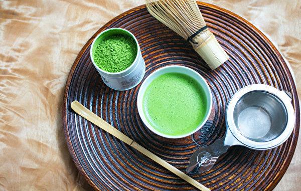 日本抹茶茶具:竹筅、抹茶粉、过滤器、抹茶杓。(Benjamin Chasteen/Epoch Times)