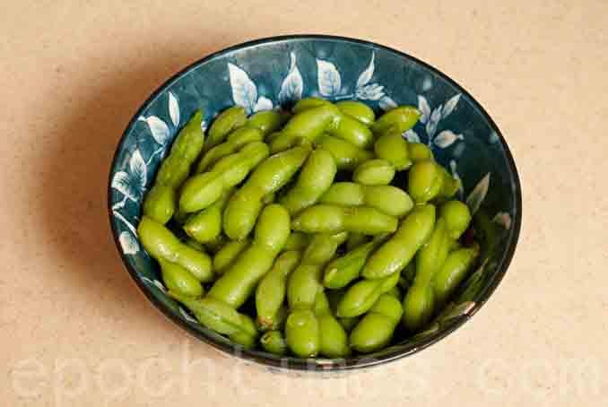 蛋白质是维持肌肉构造及促进肌肉合成的重要成分。水煮毛豆是很好的植物性蛋白质。(王仁骏/大纪元)