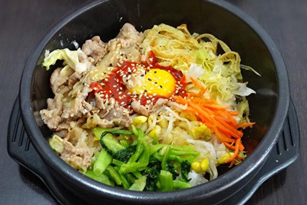 色香味具全、营养十足的石锅拌饭是著名的韩式佳肴。