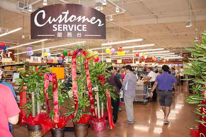 99大华超市在圣地亚哥南郡Chula Vista的新店4月1日正式开张,成为大圣地亚哥地区的第三家99大华超市。图为店内显著的顾客服务处。(摄影:杨婕)