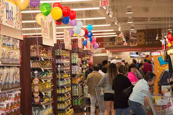 99大华超市在圣地亚哥南郡Chula Vista的新店4月1日正式开张,成为大圣地亚哥地区的第三家99大华超市。图为顾客在等待结账付款。(摄影:杨婕)