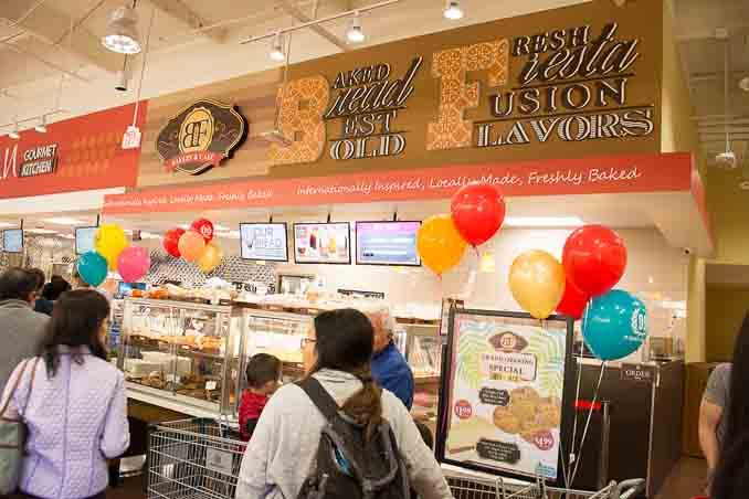 99大华超市在圣地亚哥南郡Chula Vista的新店4月1日正式开张,成为大圣地亚哥地区的第三家99大华超市。图为烘培区的BF西式面包坊。(摄影:杨婕)