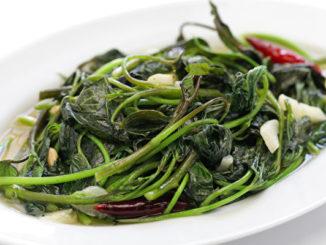 食用地瓜叶,有增强免疫力,预防贫血、高血压,以及改善更年期症状等的养生功效。(asimojet/depositphotos)