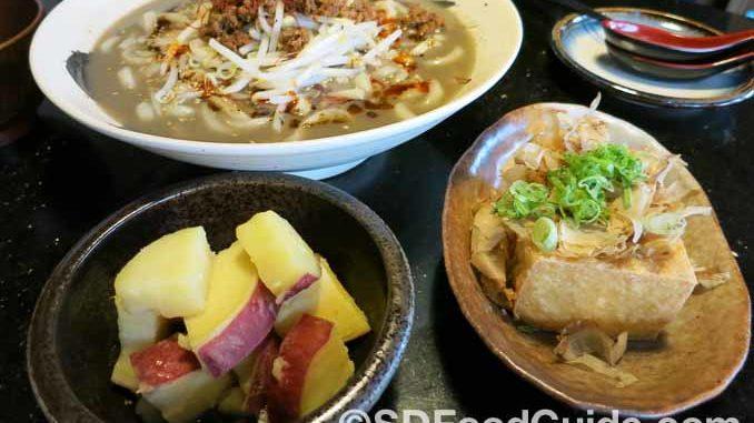 特色黑芝麻辣味乌冬面,与甜薯和炸豆腐。(摄影:潘淑韵)
