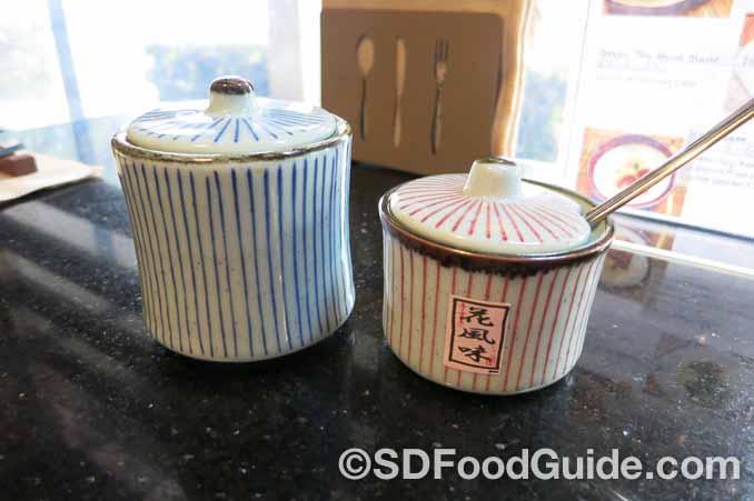 Okan Diner特别的瓷器都是从日本空运过来的!(摄影:潘淑韵)
