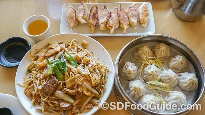 锅贴店-上海滩(Dumpling Inn-Shanghai Saloon)提供传统的经典美食,包括小笼包、锅贴和炒河粉等。(摄影:李旭生)