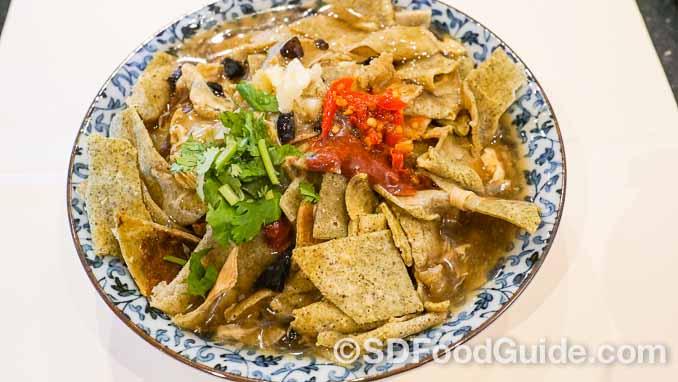 砂锅居新推出天津风味早点,图为天津著名小吃-嘎巴菜(锅巴菜)。(摄影:李旭生)
