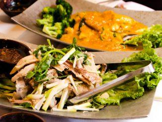 """Saigon On Fifth的名菜""""西贡小姐""""Miss Saigon和""""海南手撕鸡""""Free Range Chicken。(图/Alex Lee)"""